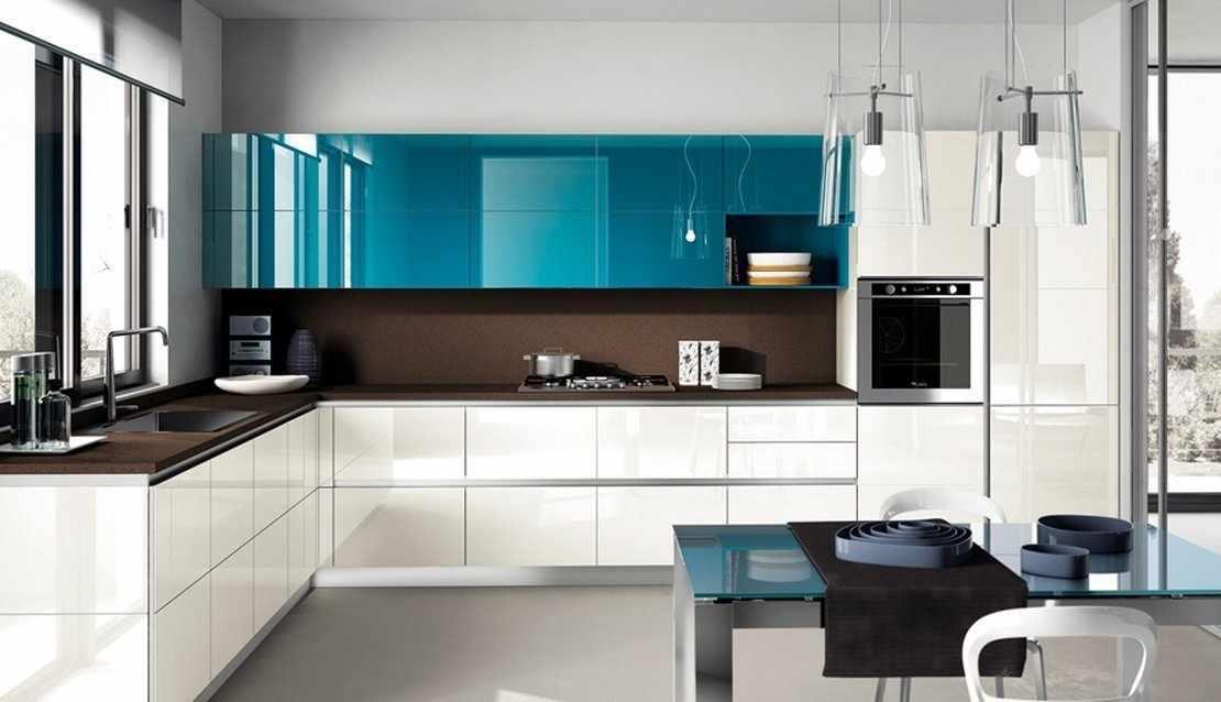Кухонная мебель с бело-бирюзовым фасадом