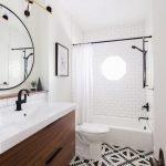 Белые стены в ванной комнате