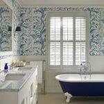 Сине-белые обои в ванной