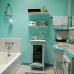Светло-зеленые стены в ванной