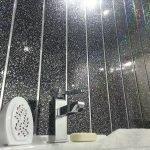 Черные пластиковые панели в ванной