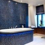 Темно-синяя мозаика в дизайне ванной