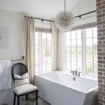 Большое угловое окно в ванной