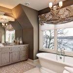 Оригинальный декор ванной с окном