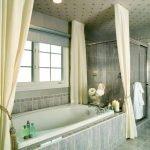 Шторы в ванной с окном
