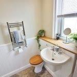 Раковина у окна в ванной