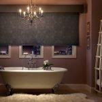 Шикарная люстра в ванной с окном