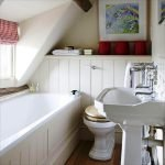 Компактная ванная комната в доме