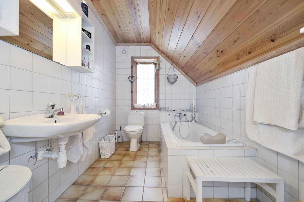 Ванная комната на мансарде в частном доме