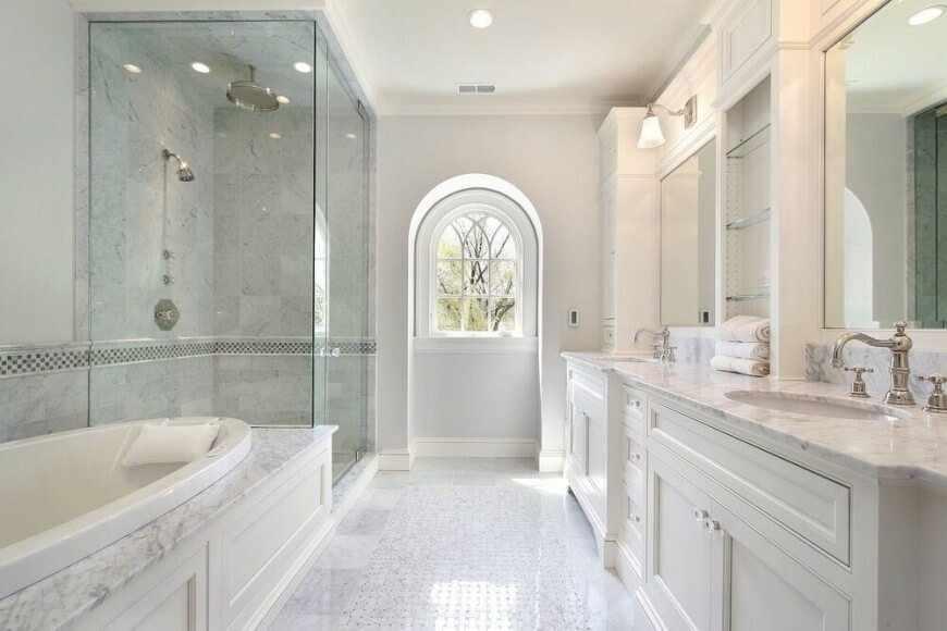 Уютная ванная в светлом декоре