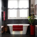 Черный кафель в ванной с окном