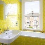 Желтый кафель в ванной с окном