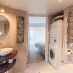 Большая ванная комната со стиральной машинкой