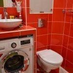 Оранжевый кафель в ванной со стиральной машинкой