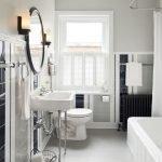 Светлая ванная комната в доме