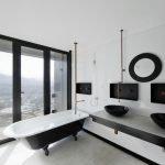 Черная ванна и белые стены