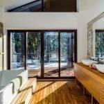 Большие окна в ванной в частном доме