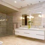 Яркое освещение у зеркала в ванной