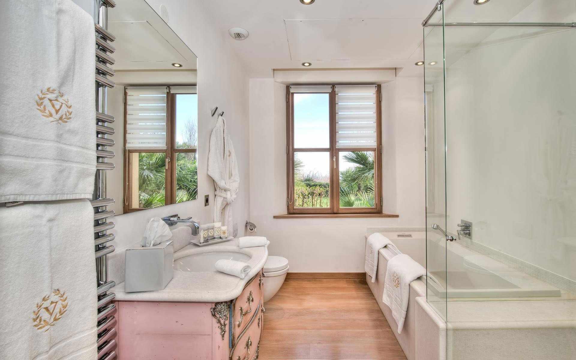 Просторная светлая ванная