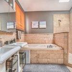 Песочная плитка в ванной