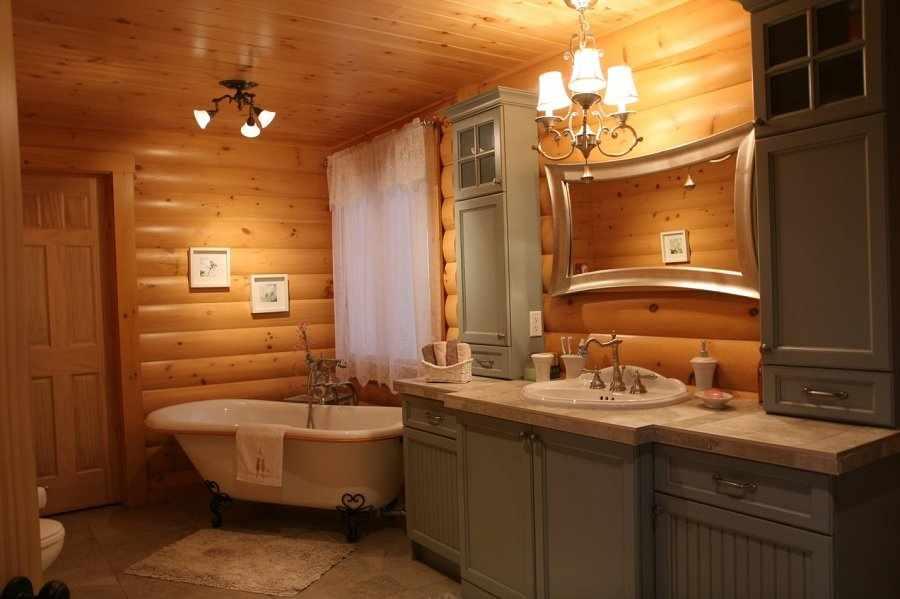 Серая мебель в ванной в деревянном доме