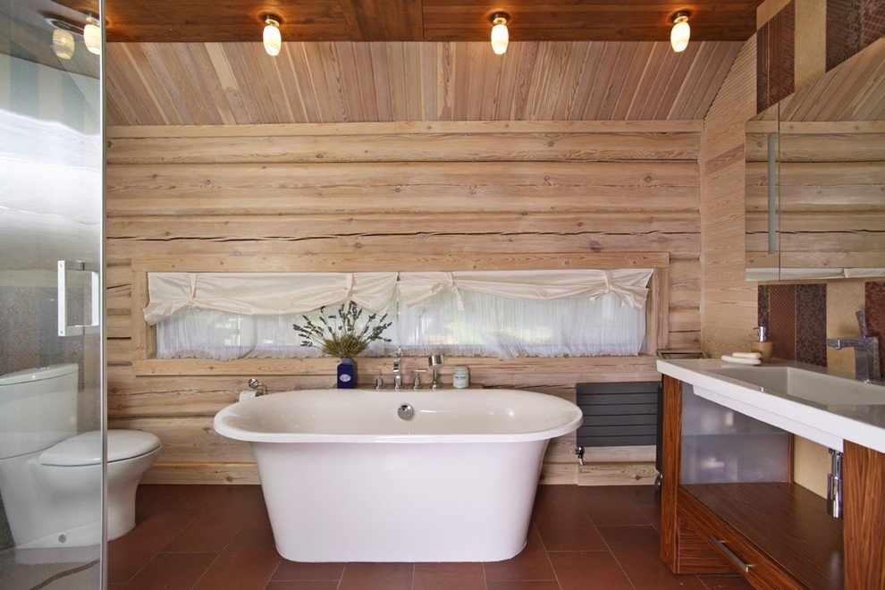 Ванная в светлых тонах в деревянном доме