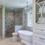 Белый шкаф в ванной