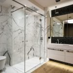 Маленькая ванная комната в современном стиле