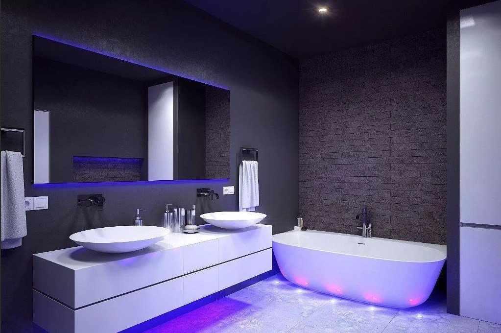 Фиолетовая подсветка в ванной