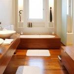 Натуральная древесина в ванной