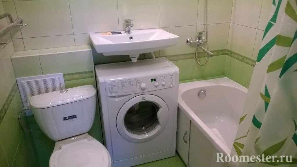 Стиральная машина под раковиной в хрущевке в ванной комнате