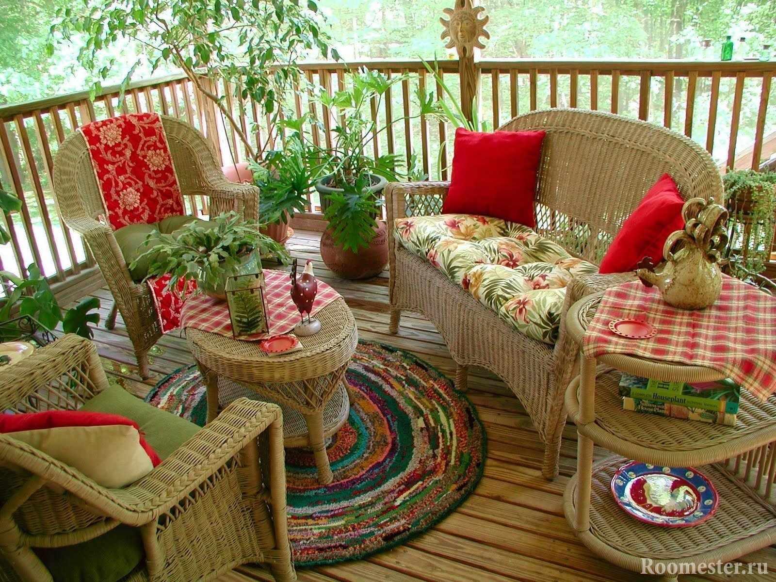 Плетеная мебель на веранде
