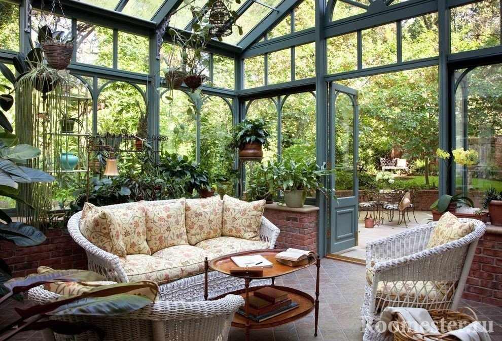 Плетеные кресла и диван на веранде
