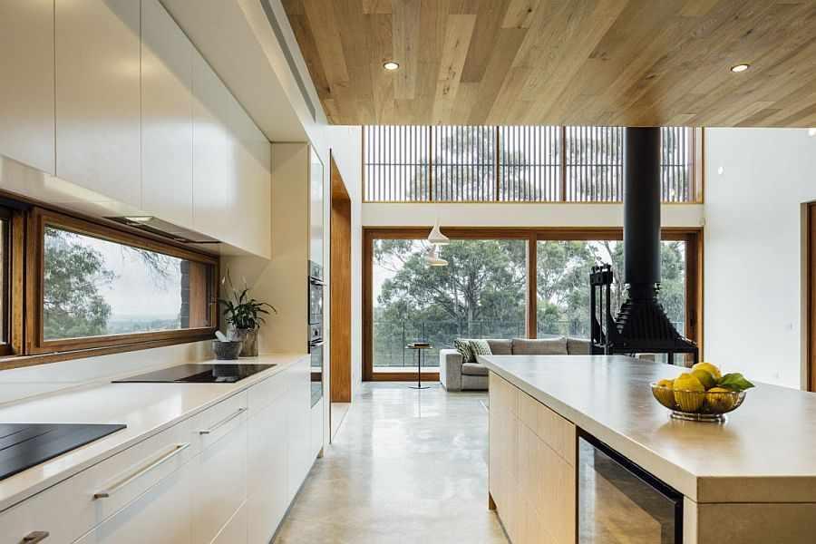Кухня-гостиная с островным камином