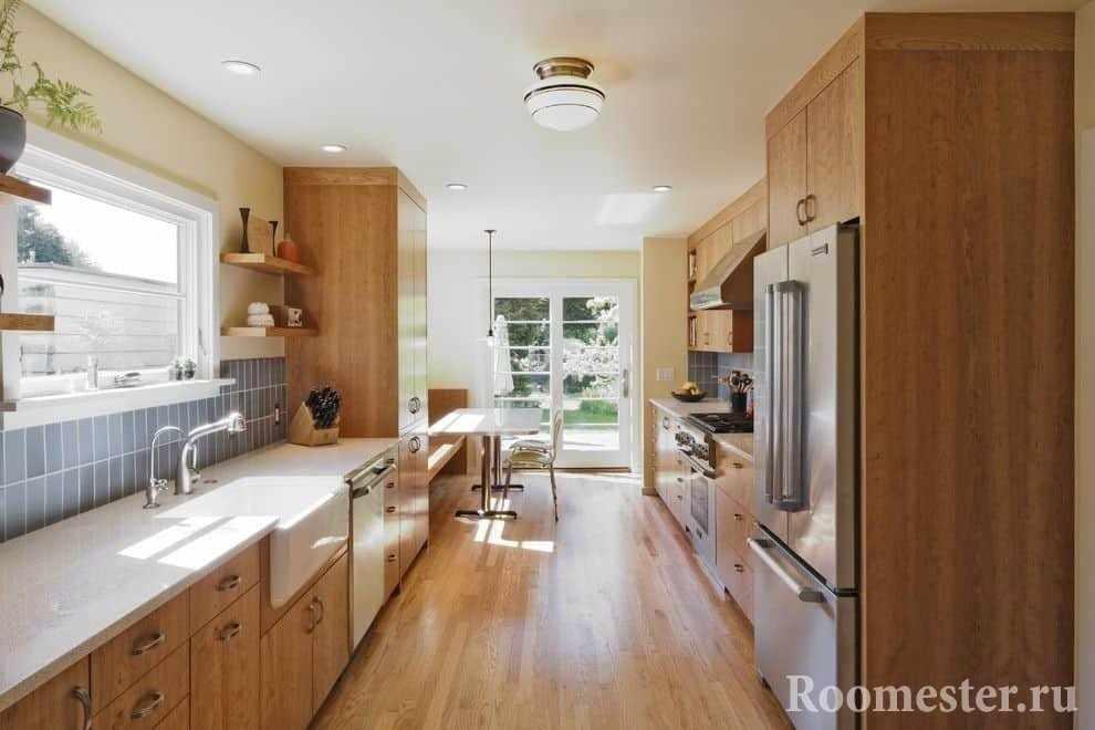 Вытянутая кухня по две стороны стены с окном