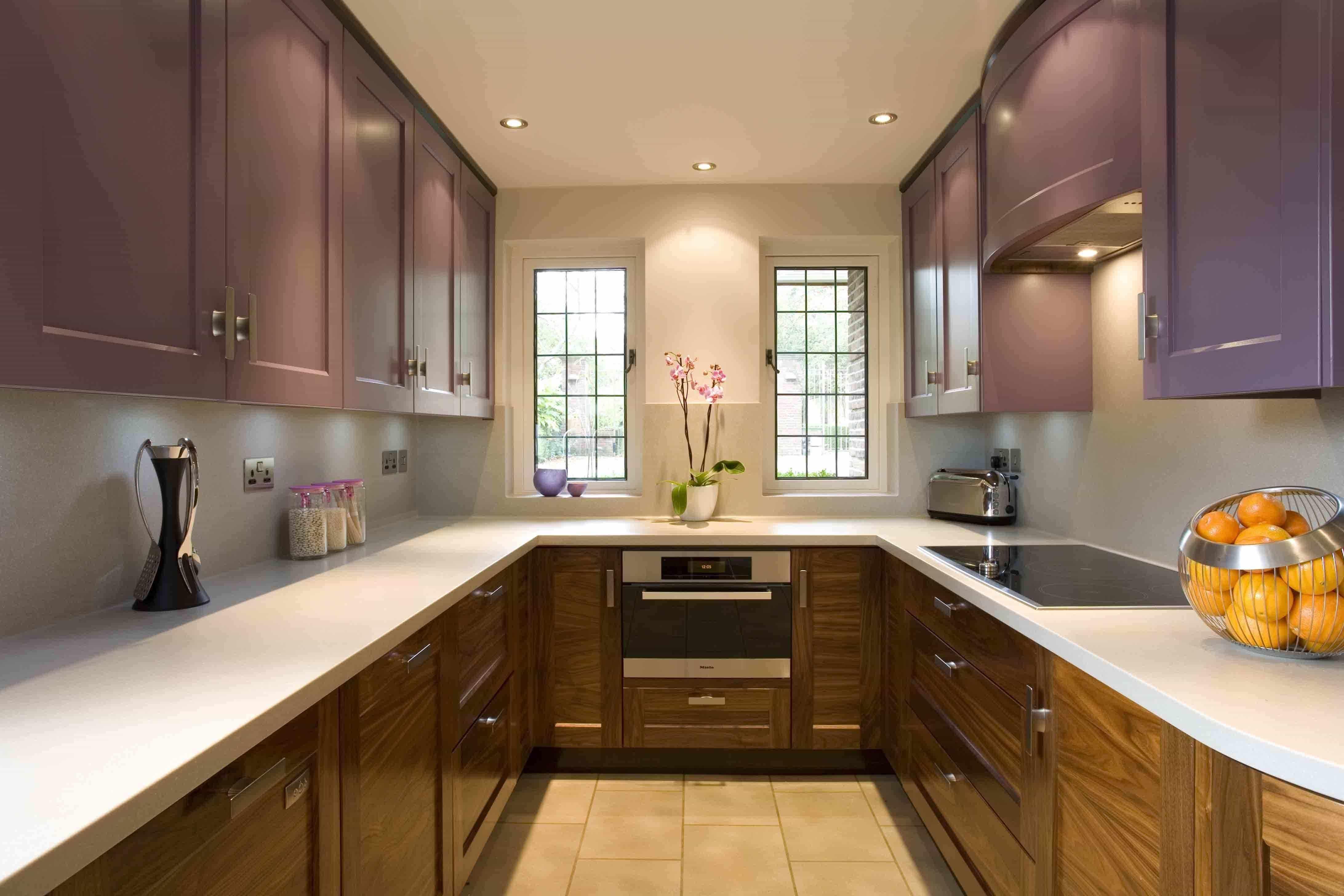 П-образная кухня в сиреневом цвете в сочетании с деревом
