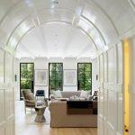 Гостиная с высокими окнами