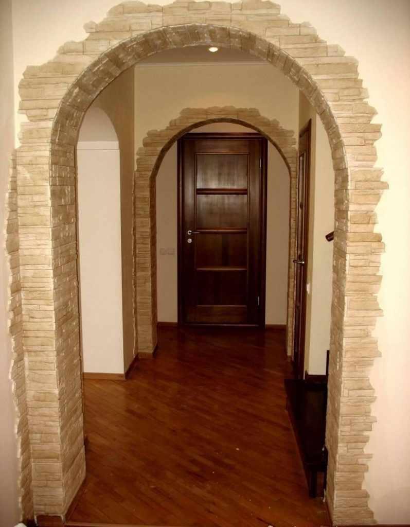 Декоративный камень на арках в интерьере