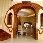 Лестница и арка с резными узорами