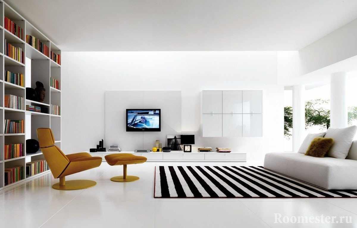 Полосатый ковер и белый диван