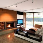 Телевизор и камин напротив дивана