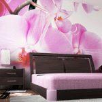 Орхидеи на фотообоях в спальне