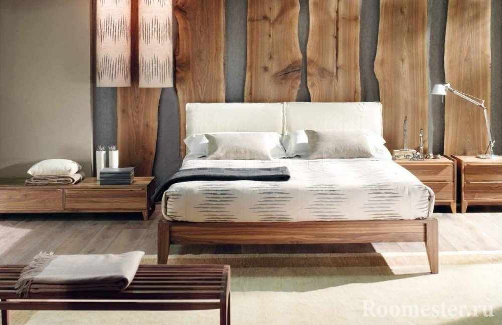 Доски на стене в спальне