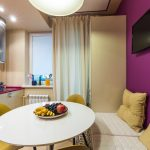 Бежево-фиолетовый интерьер кухни