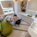 Зеленый диван на белой кухне