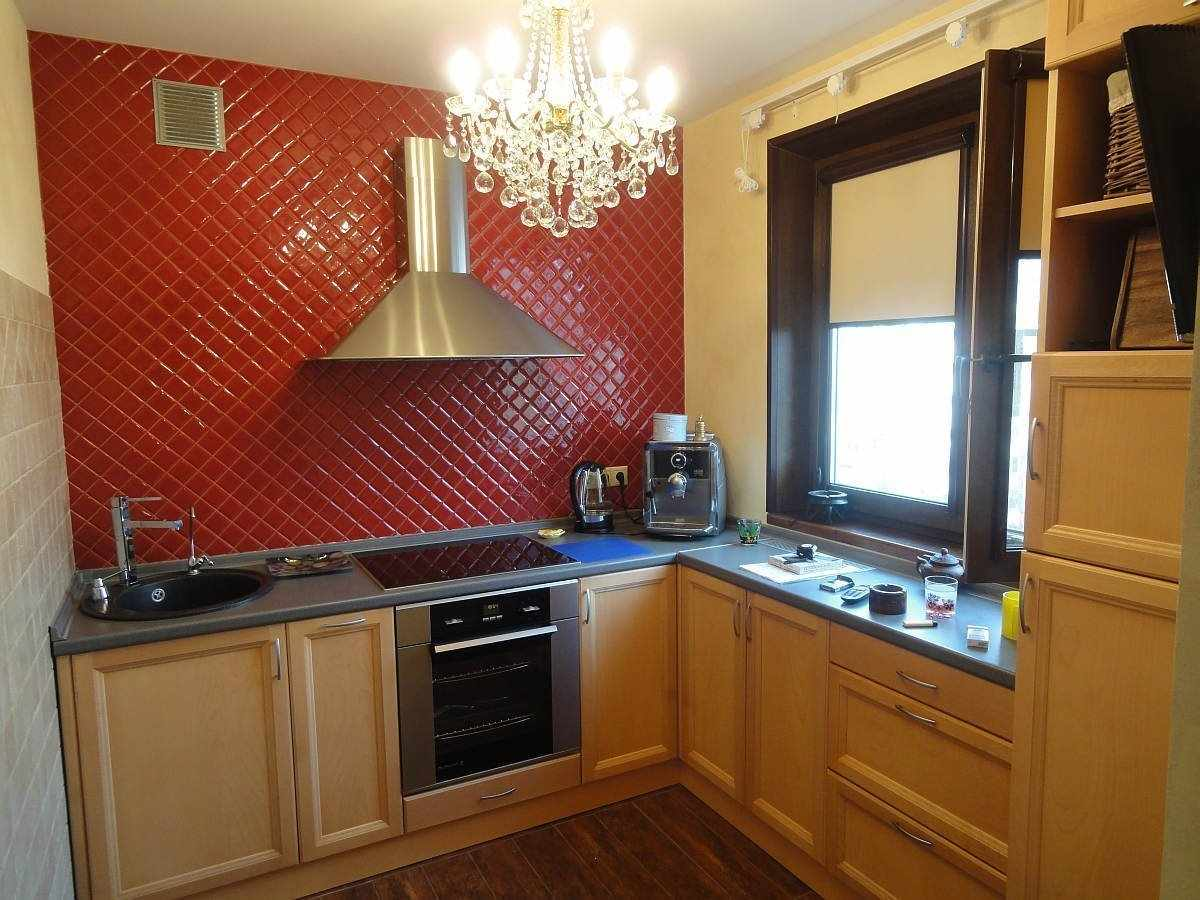 Бежевый гарнитур на кухне 4 кв м
