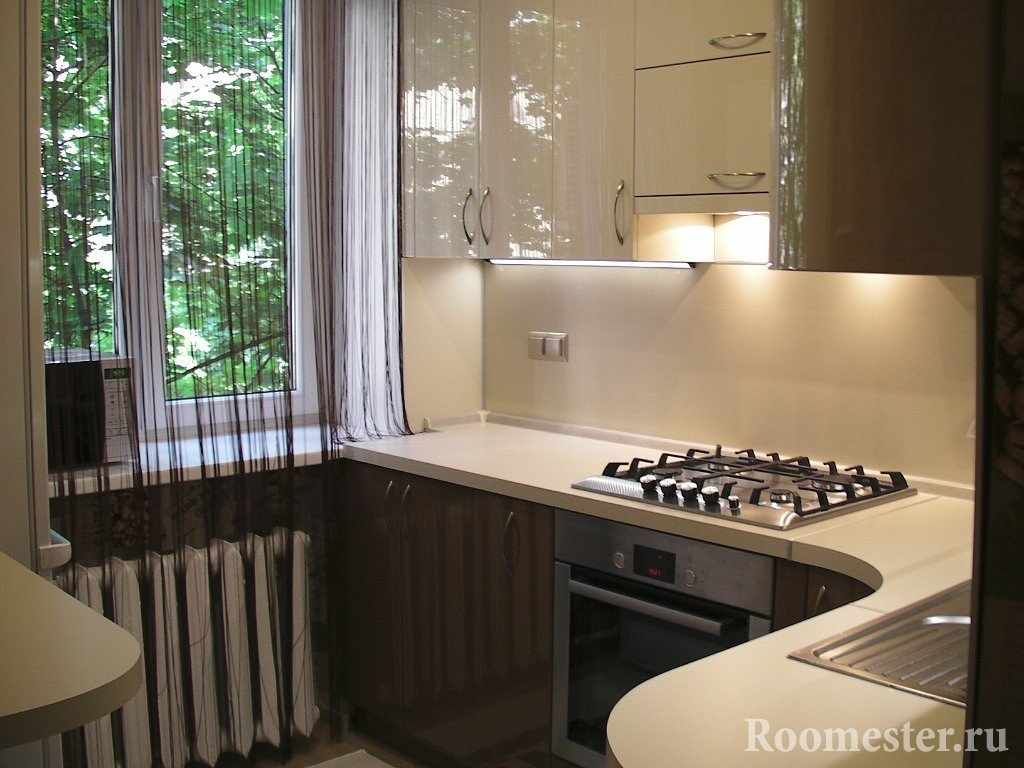 Бежево-коричневая мебель на кухне
