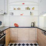 Сочетание мебели белого цвета и цвета дерева на кухне