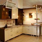 Бело-коричневая мебель на кухне