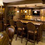 Дорогая мебель из дерева на кухне